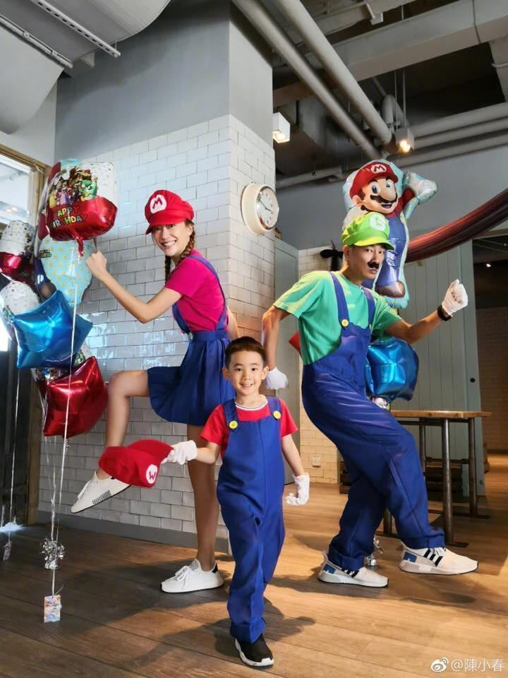 陳小春與應采兒為兒子Jasper慶祝5歲生日,一家三口打扮成電玩超級瑪莉裡的「瑪莉兄弟」的造型。(翻攝自陳小春微博)