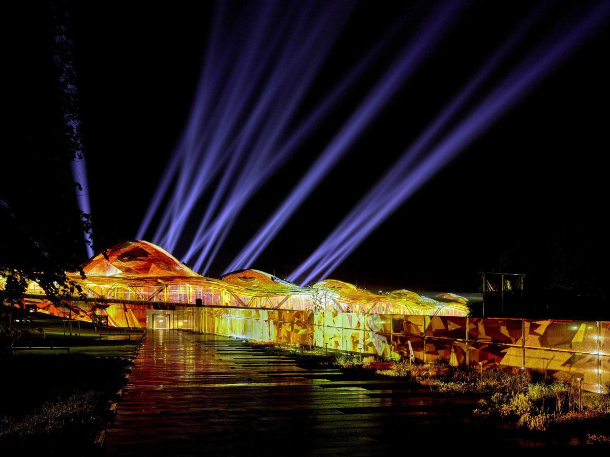 新酒廠開幕之夜在外牆與屋頂展開一場光影秀。(台灣愛丁頓寰盛提供)