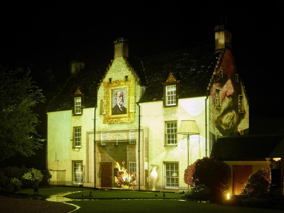 投影在莊園牆面上的是為麥卡倫命名的Roderick kemp。(台灣愛丁頓寰盛提供)