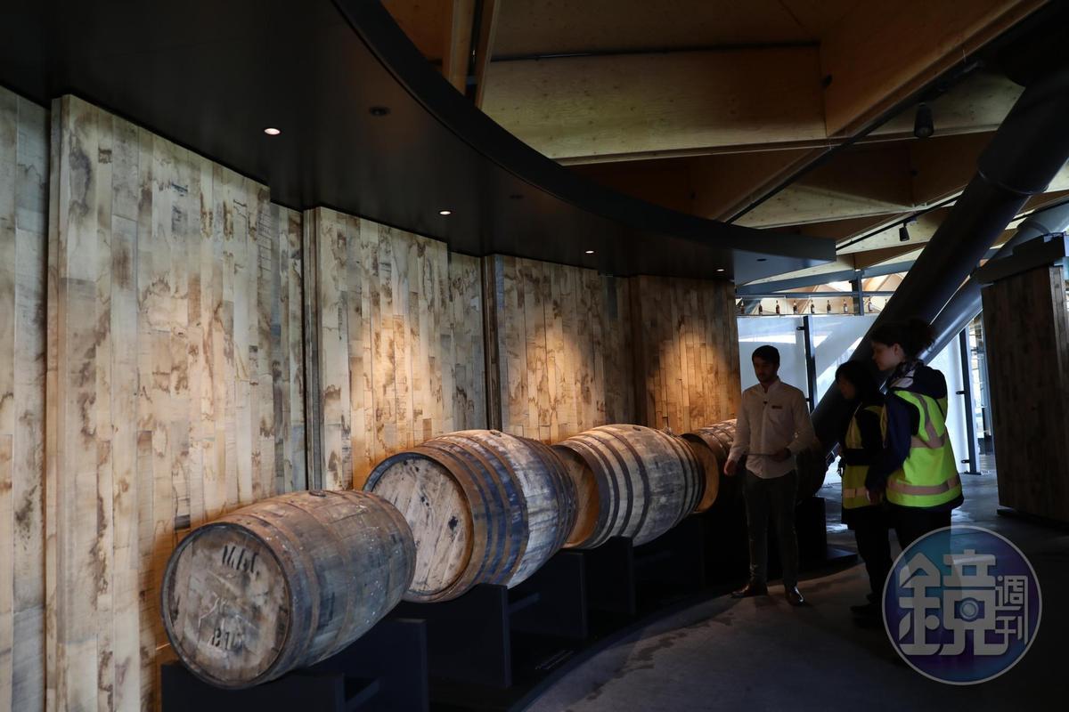 來到這一站,遊客可親自嗅聞各地橡木桶,且會被橡木牆360度包圍,對麥卡倫極重視的桶陳工藝,立刻有最直觀的理解。