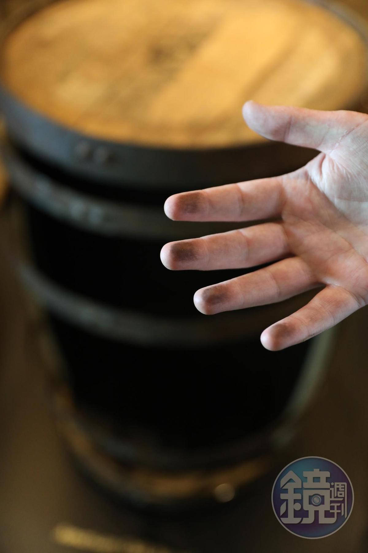 親手觸摸橡木桶內的炭灰,可知西班牙與美國橡木桶的製程差異。