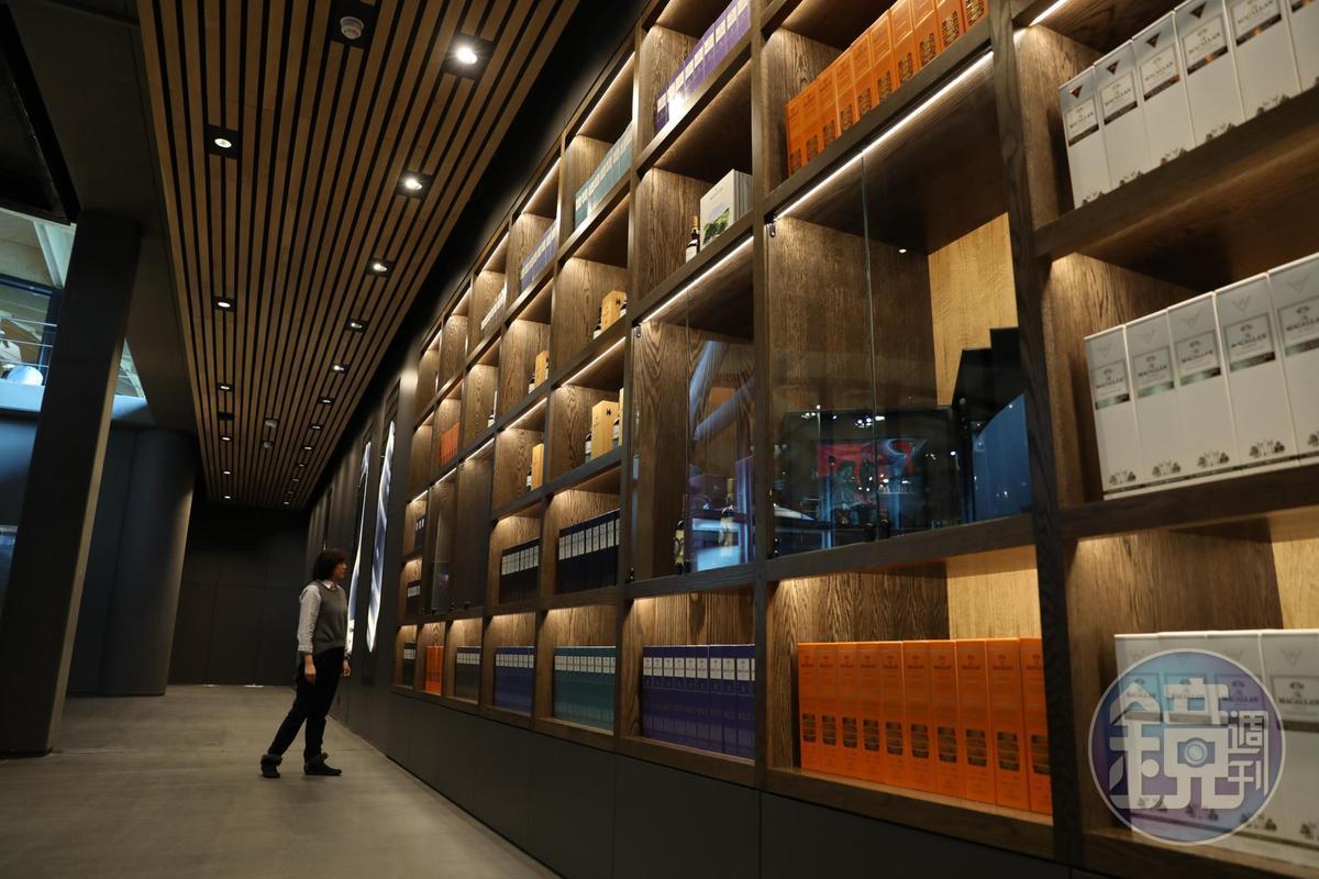 新酒廠的紀念品展售區典雅大氣。