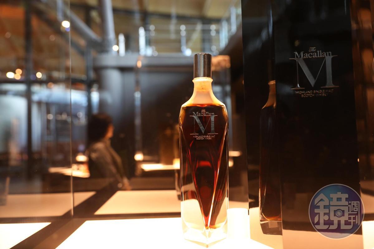 櫥窗裡展示著麥卡倫Decanter Series的M,釀於1940年的醇酒裝在Lalique的水晶瓶中,是3位工藝大師合力的代表作。