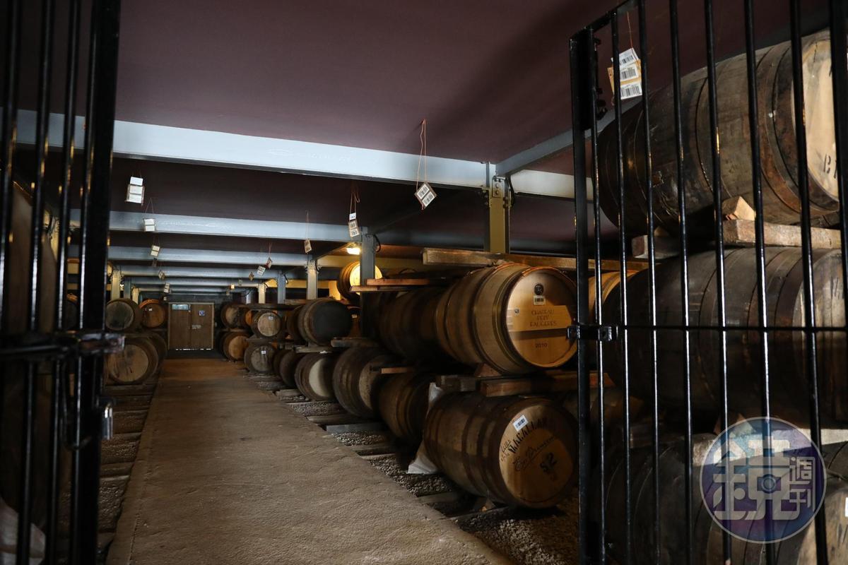 像這樣的儲酒倉庫,麥卡倫仍有許多個,都是最珍貴的資產。
