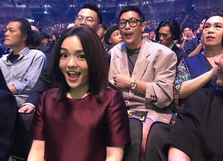 徐佳瑩開心封后,男友比爾賈(後排右) 也因MV被提名,可惜並未獲獎。(翻攝自台視)