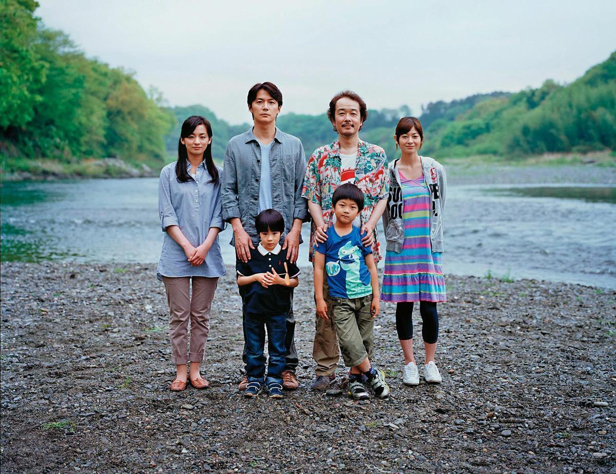 從2013年《我的意外爸爸》起,是枝裕和不斷在作品中探討家庭與血緣間的關係。(傳影互動提供)