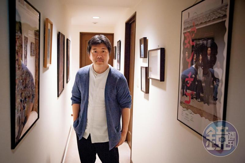 是枝裕和在位於東京澀谷辦公室接受本刊獨家專訪,長廊掛滿他執導的電影及喜愛的作品海報。