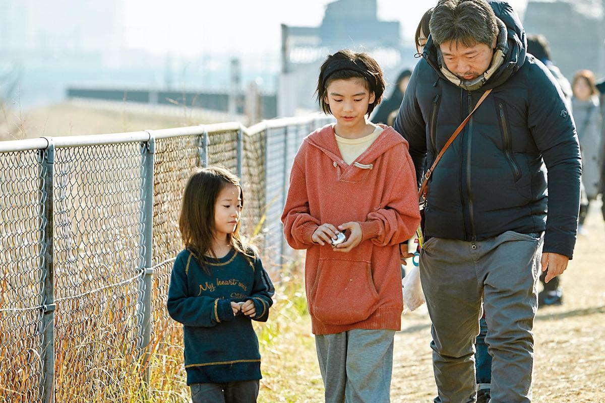 是枝裕和(右)每部作品中小孩的演技都極出色,城檜吏(中)、佐佐木光結在《小偷家族》中角色吃重。(釆昌多媒體提供)