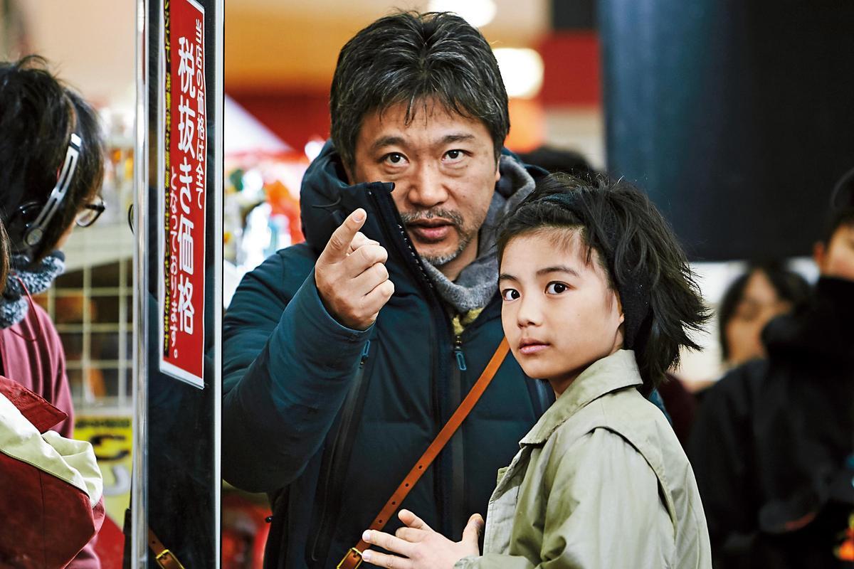 是枝裕和(左)拍攝小孩很有一套,童星城檜吏在他的指導下,演技令人印象深刻。(釆昌多媒體提供)