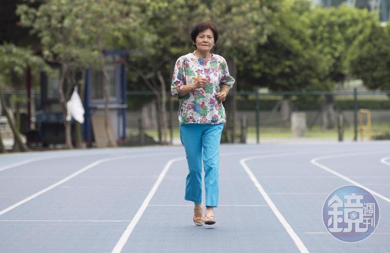 潘秀雲堅持年老了要穿鮮豔的衣服,氣色才會好看。她每天早上4點半就出門運動。
