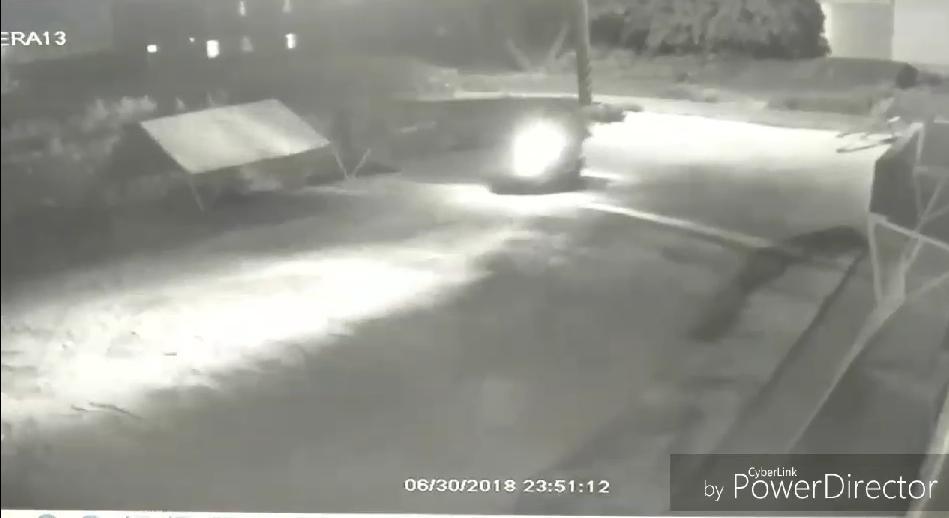 警方調閱監視器發現王姓廟公與死者兩人騎著機車於30號晚間11點多進入宮廟。(警方提供)