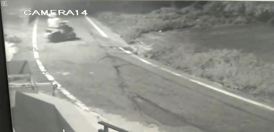 警方調出路口關鍵畫面,發現凶嫌1日凌晨1點多獨自一人騎車離開,這時疑已將其女友殺害。(警方提供)