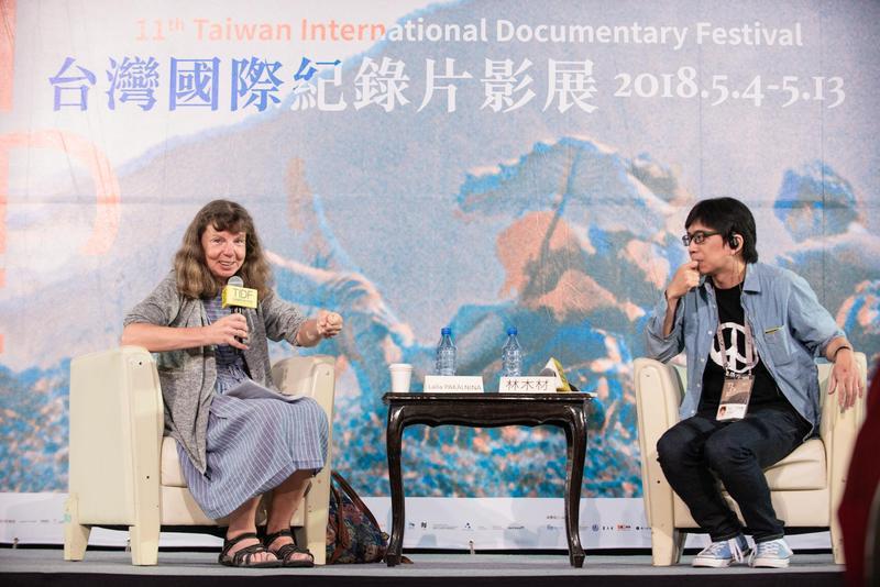萊拉(左)出席台灣國際紀錄片影展「大師講堂」,右為策展人林木材。 (TIDF提供)