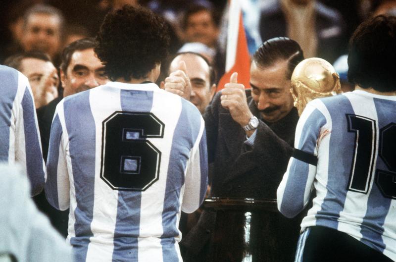 阿根廷軍事強人魏德拉在1978世足頒獎儀式上,對本國球員比大拇指。(東方IC)