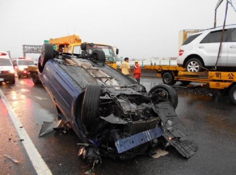 國道3號中部傳出3車連環追撞翻覆,國道員警與拖吊車搶救。(國道警察提供)