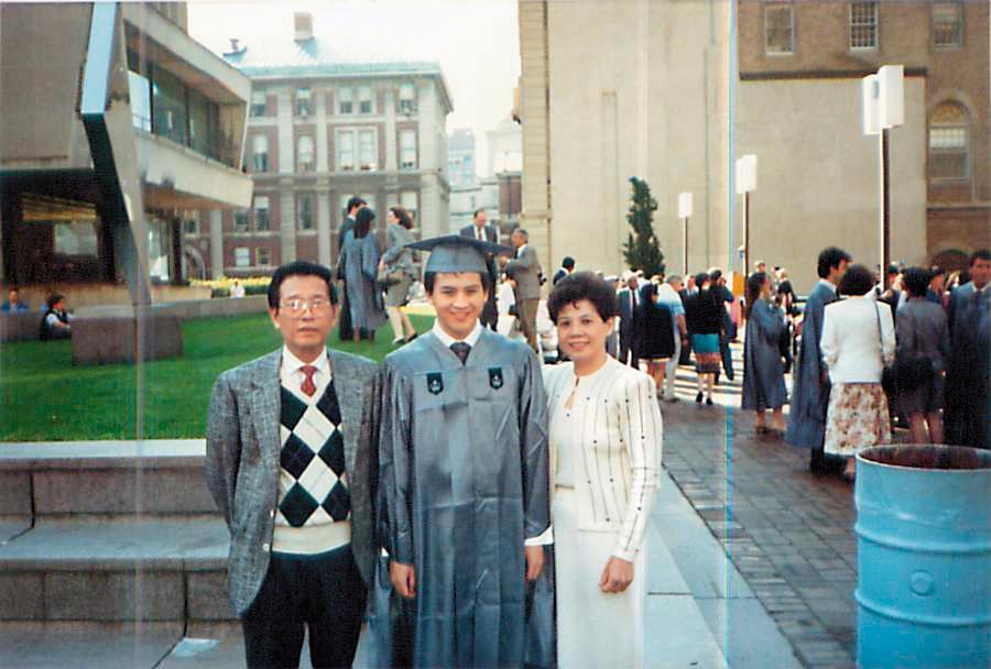父母在美國辛苦經營餐廳,梅健華努力讀書拿到明尼蘇達大學雙學位、哥倫比亞大學碩士。(梅健華提供)