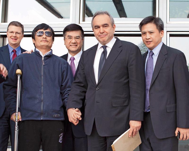 2012年的陳光誠事件,經一再斡旋,陳光誠(左2)在當時的助理國務卿坎貝爾(右2)、副助卿梅健華(右)、美國駐華大使駱家輝(右3)等人陪同下步出美國大使館。(美國國務院提供)