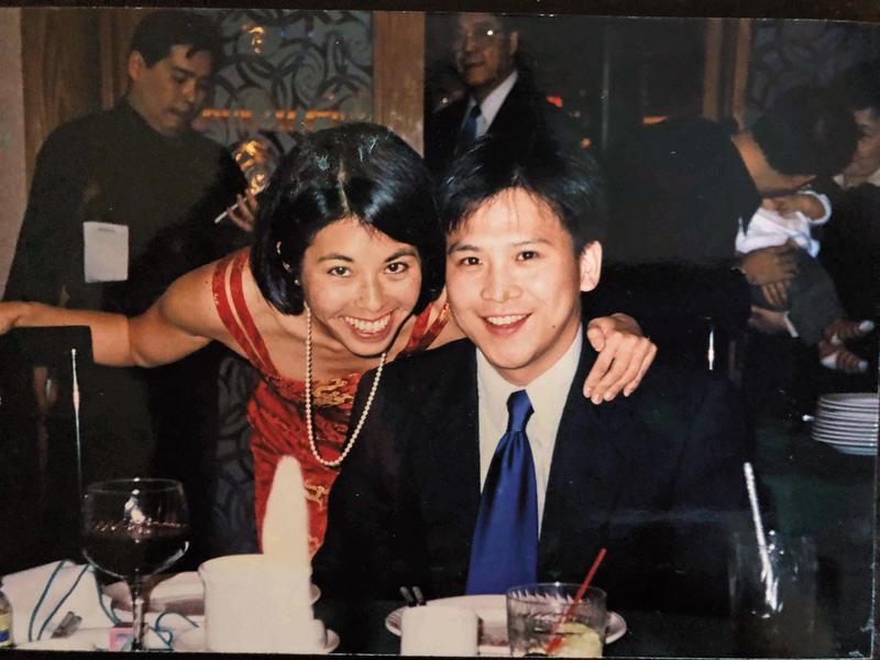 梅健華(右)與妻子陳舲舲(左)年輕時合影。(梅健華提供)