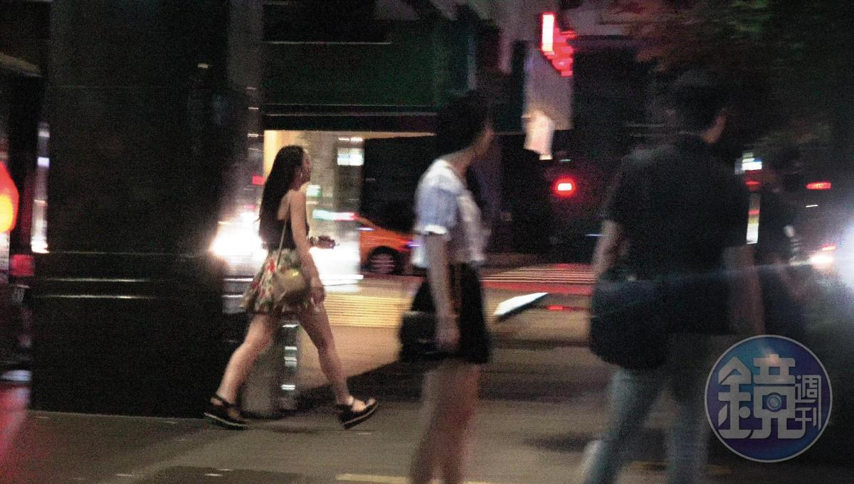 02:13 果然一名穿著半截式小可愛和短花裙的妹子從KTV走出,直奔向路邊的張雁名。