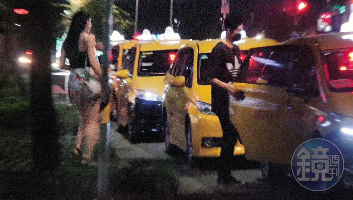02:14 張雁名帶著妹子一同上了計程車,隨即往信義區夜店開去。