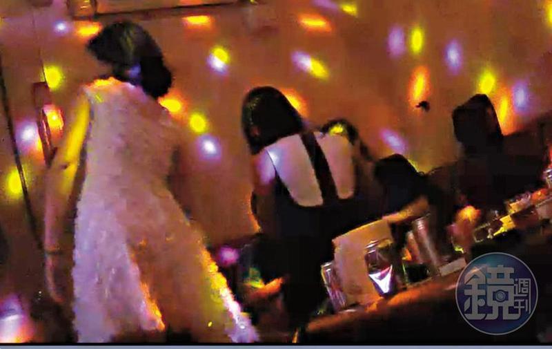 酒店燈光昏暗,在酒精催化下,不少男客甘願付出大筆現金討好酒女。