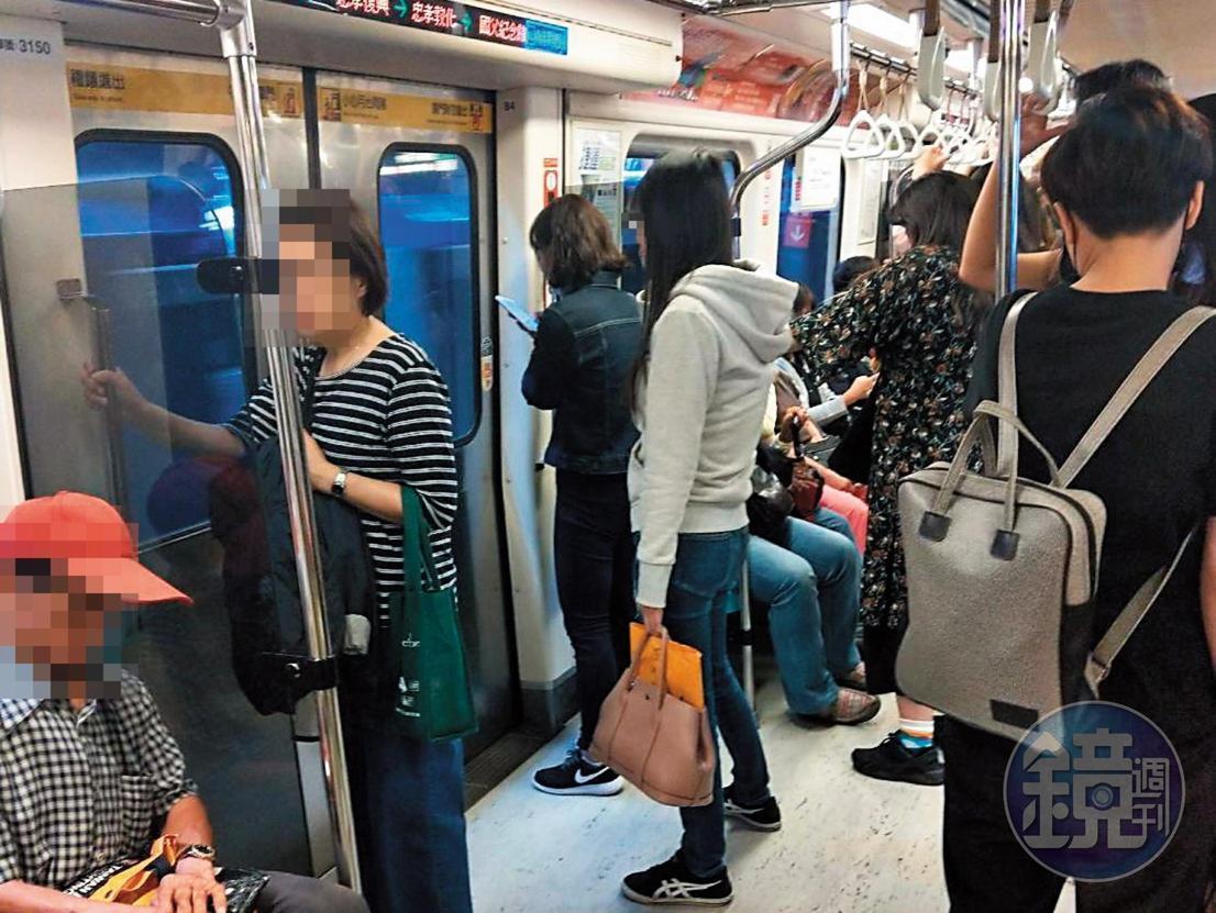 身價上億元的小婷(著灰白衣者)生活低調,出門常搭捷運。