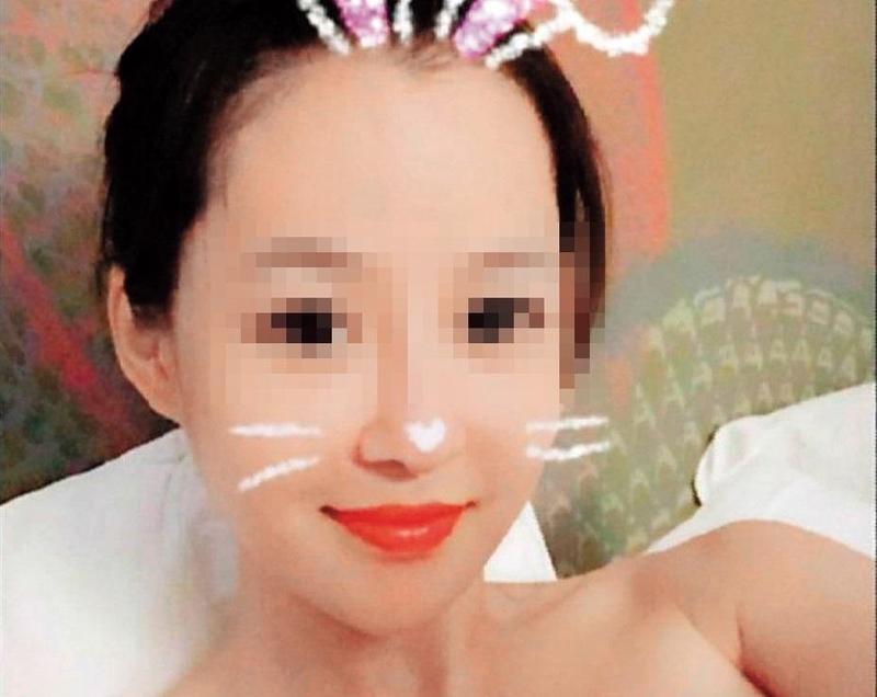 長相甜美的43歲酒店小姐小婷,平常也會自拍Q版照片。(翻攝畫面)