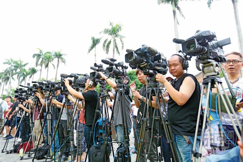 先進國家對假新聞的態度,均謹慎而為,不願立以專法,全面掃蕩假新聞,以免損及言論自由,殃及民主根基。