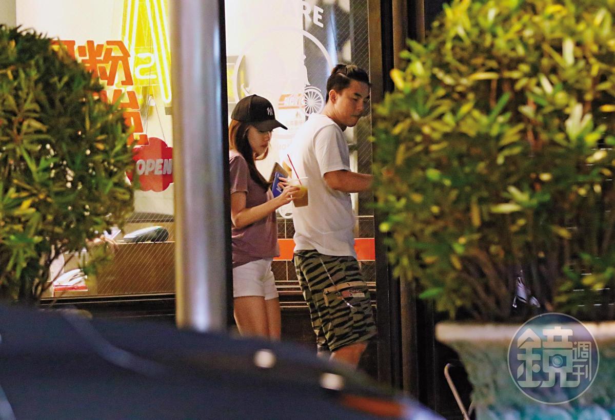 6月25日21:14能讓柯有倫笑得那麼開心,原來陪他吃飯的正是低調交往2年多的圈外女友,兩人打扮隨興。