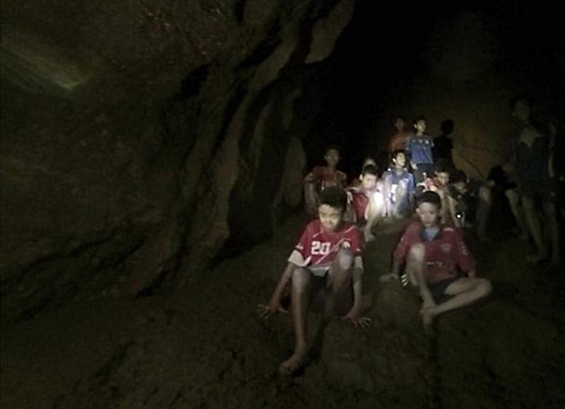 泰國清萊失蹤的12名少年與同行的教練,在連日緊急搜尋後終於被找到並全數存活。(東方IC)