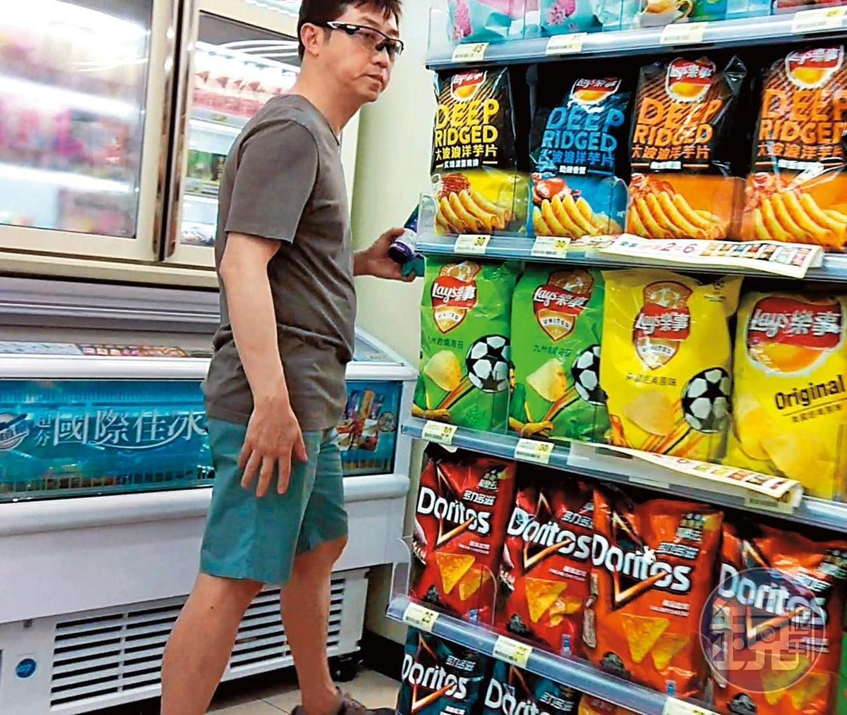 6月26日14:01,哈林穿得非常家居,進了住家大樓的便利商店,採買飲料及冰品。