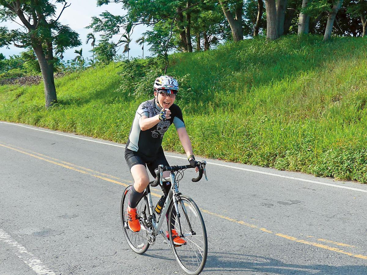 哈林經常騎車運動,因此57歲還能擁有讓人羨慕的體力。(翻攝自哈林粉專)