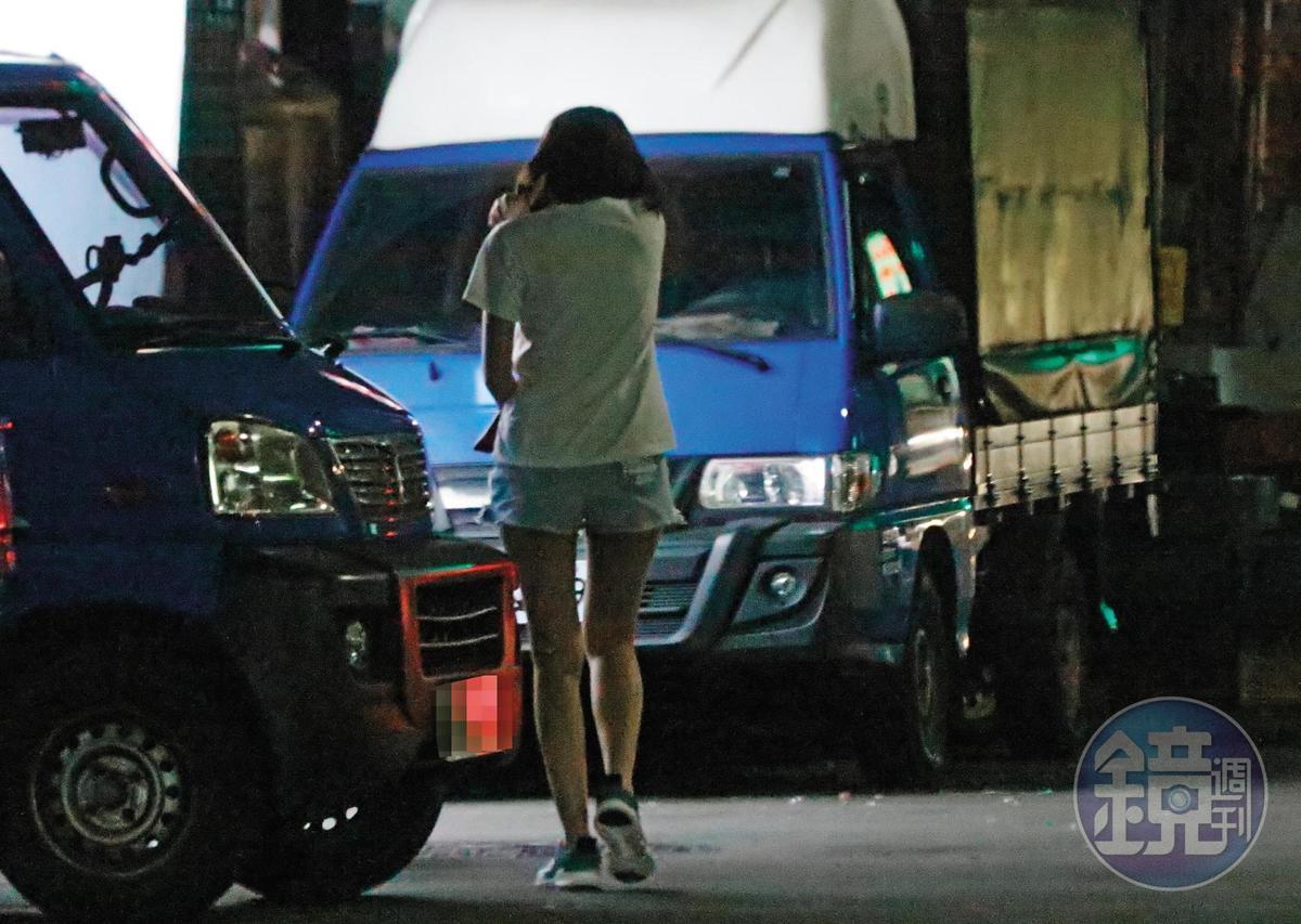 21:06 結束小倆口甜蜜約會,四葉草於晚間獨自搭乘計程車回家,一身造型仍舊沒變。