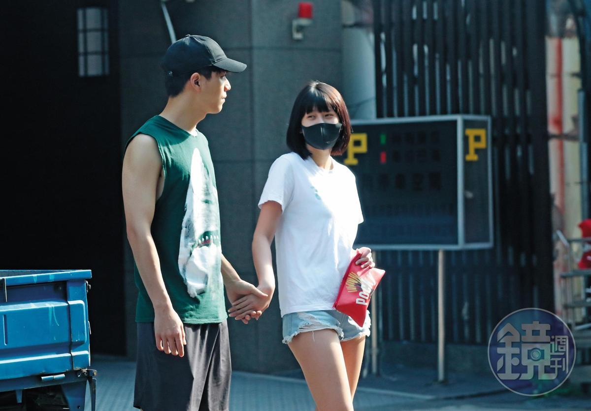 07/01 16:04 子閎(左)與四葉草一身隨興打扮約會,兩人現身台北市中山區一棟大樓外與一般情侶無異,反而四葉草臉上的黑色口罩特別突兀。