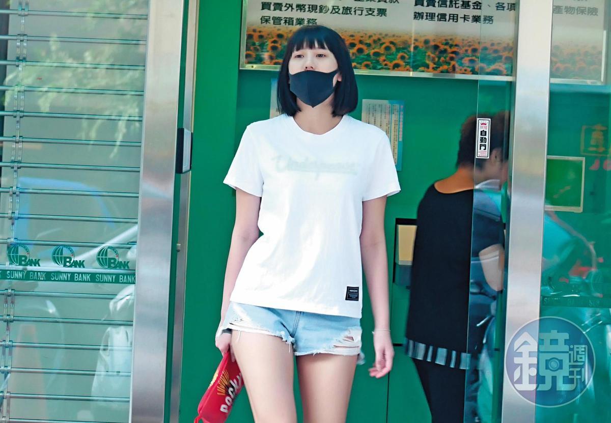 16:09 四葉草的素顏模樣硬是被口罩遮得大半個臉,被悶熱得受不了、只好露出鼻頭透氣。