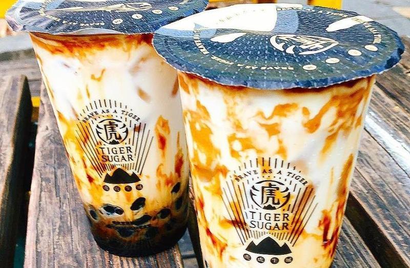 「老虎堂」近日遭離職員工爆料,店內使用是桶裝黑糖漿,成分還包含了焦糖色素。(翻攝自老虎堂Tigersugar粉專)