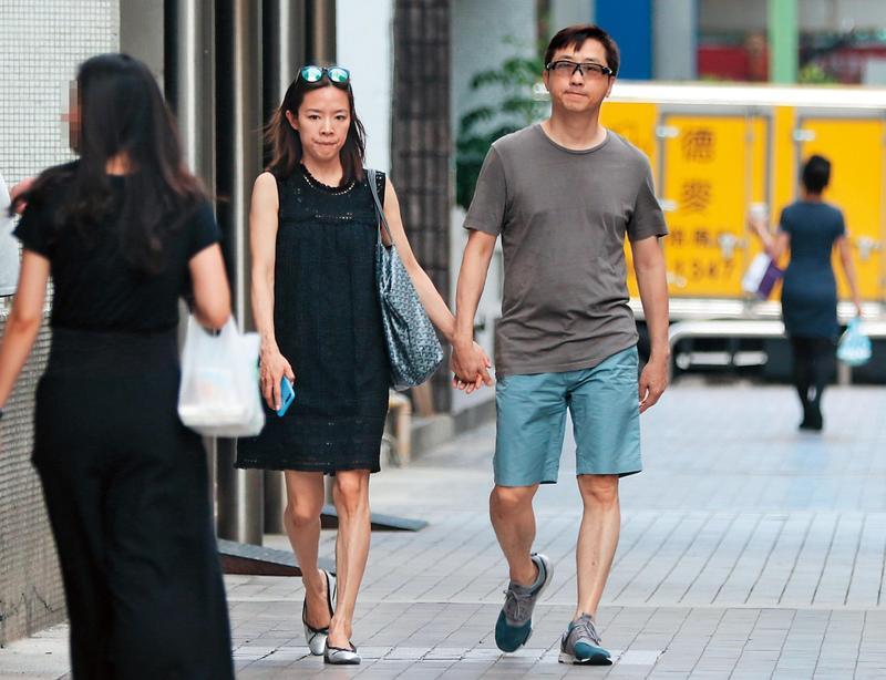 6月26日13:58,腳踩平底鞋的張嘉欣看來身材無異,但據說她已經懷孕5個月左右;上一胎她也是看不太出來。