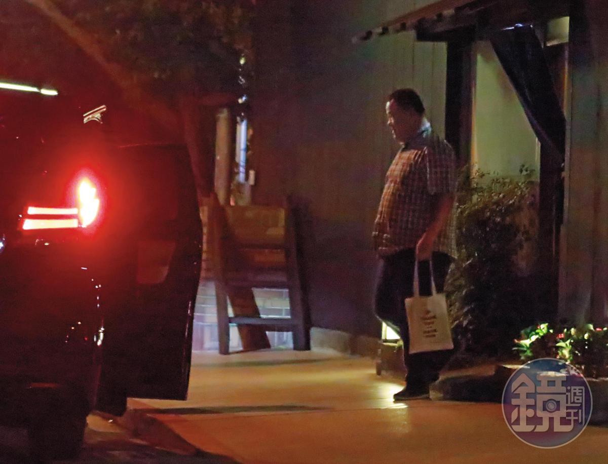 19:40 吃完飯後,盡責的趙士強回到董事長家中繼續「加班」。