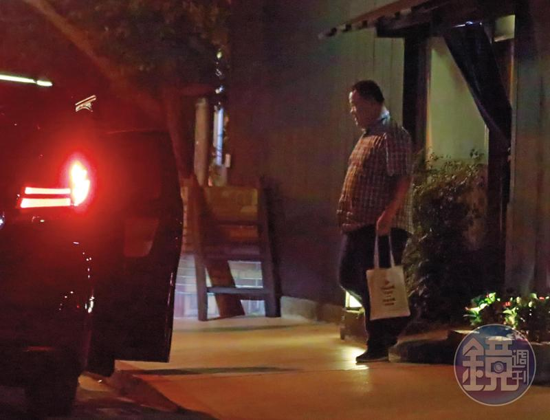 吃完飯後,盡責的趙士強回到董事長家中繼續「加班」。