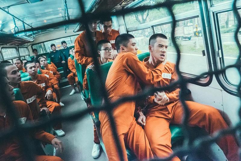 林哲熹(前右2)與紀言愷片中衝突不斷,在餐廳也打,坐在囚車上還在打。(文達文創提供)