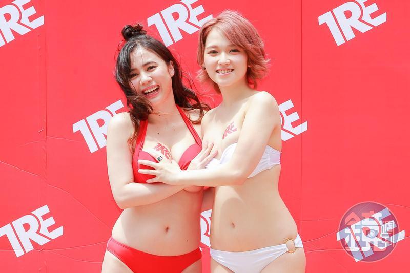 日本AV女優吉川愛美(左)和椎名空為成人展著比基尼造勢。