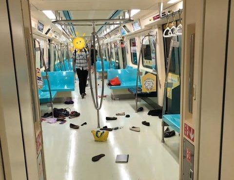 北捷今(4)日上午車廂突然出現2隻老鼠嚇壞通勤族,奔逃的民眾鞋子、錢包散落一地。(網友提供)