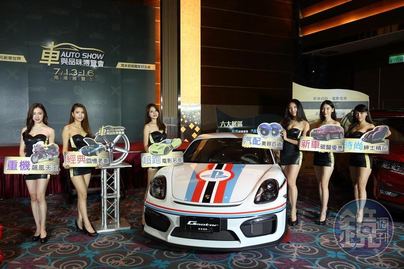 今年舉辦的台北車展除了有超跑、改裝車與辣模之外,還有一個直升機打卡區,民眾有機會登機試乘。