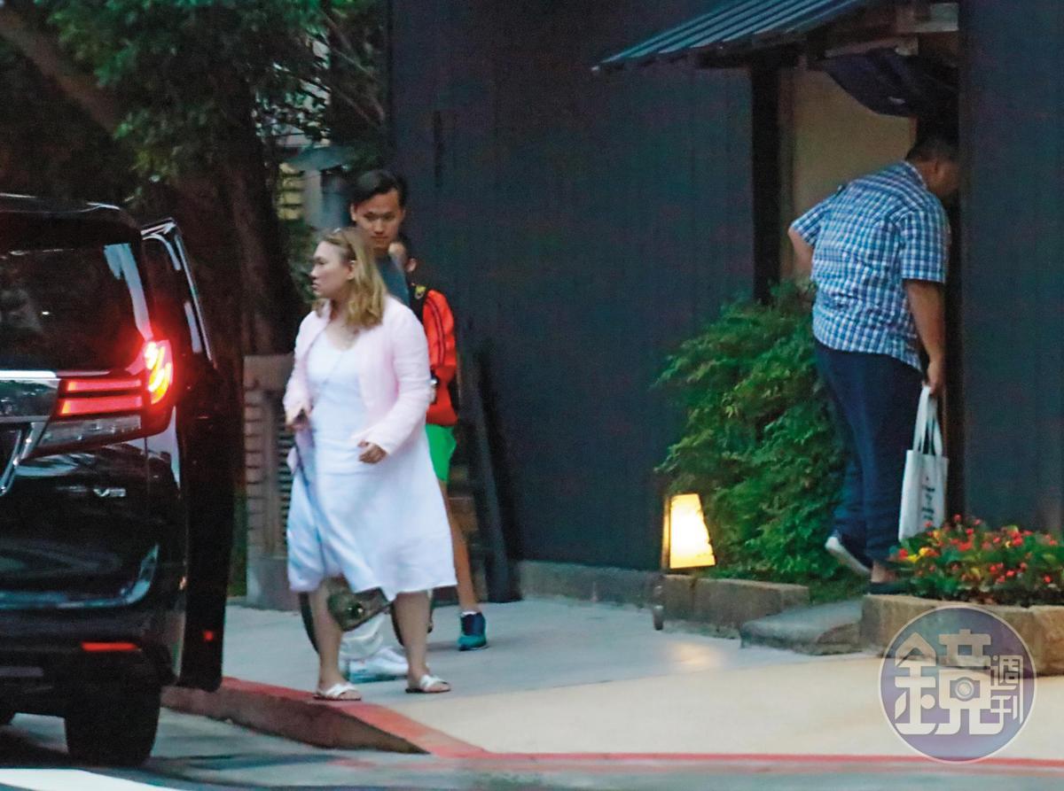 18:23,趙士強與陳珮雯母子一同到高級日本料理店用餐。