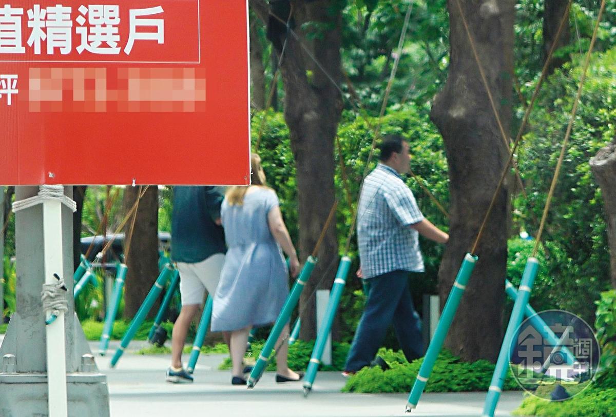 11:19,董事長陳珮雯與總經理趙士強在上班時間出巡,卻是到大安區看豪宅。