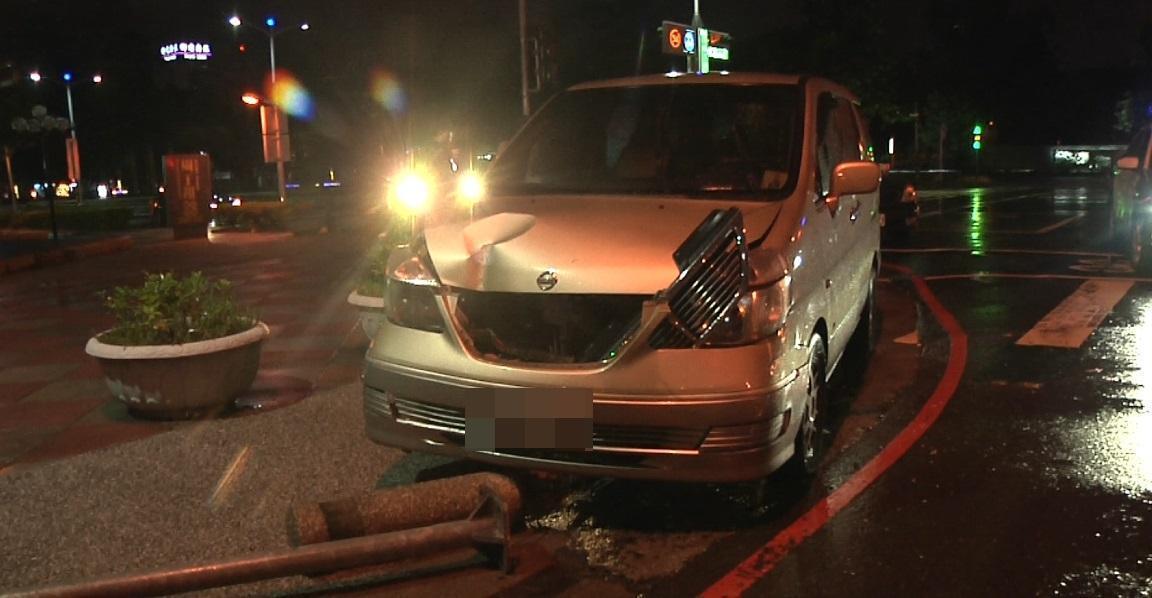 廂型車車頭毀損,可見當時撞擊力道不小。(警方提供)