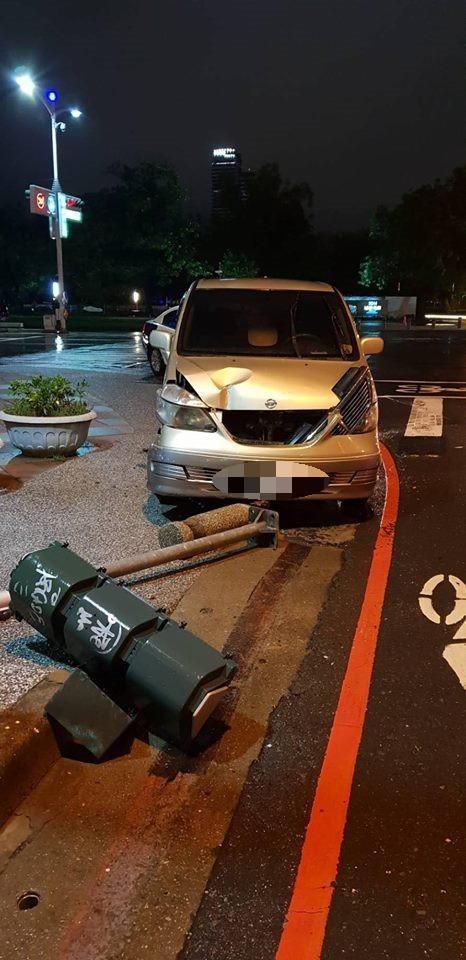 無辜的小綠人號誌燈桿在路邊也有事,衰被酒駕男撞斷。(警方提供)