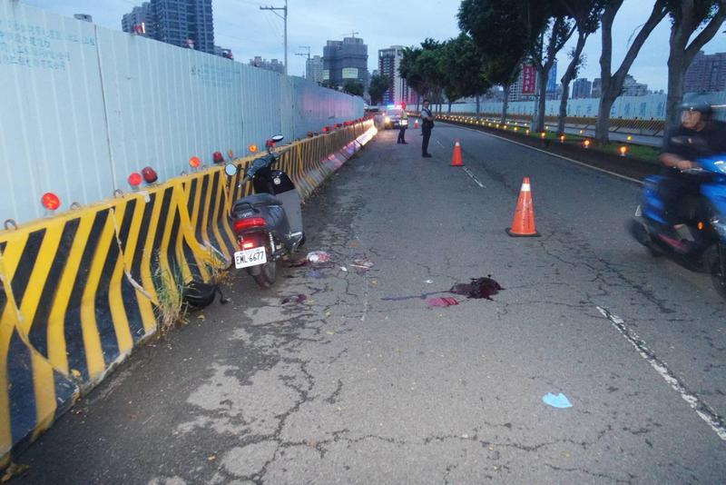 事故現場還留有大片血跡,令人怵目驚心。(警方提供)