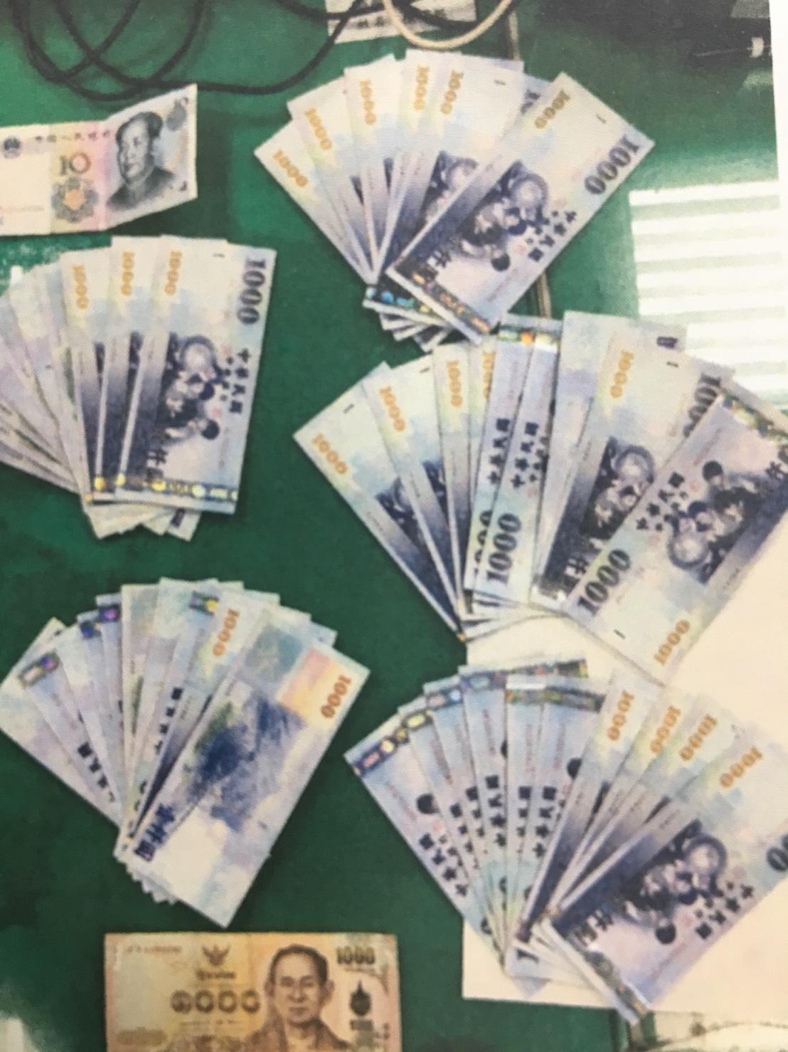 泰女皮包內有大量現金。(翻攝畫面)