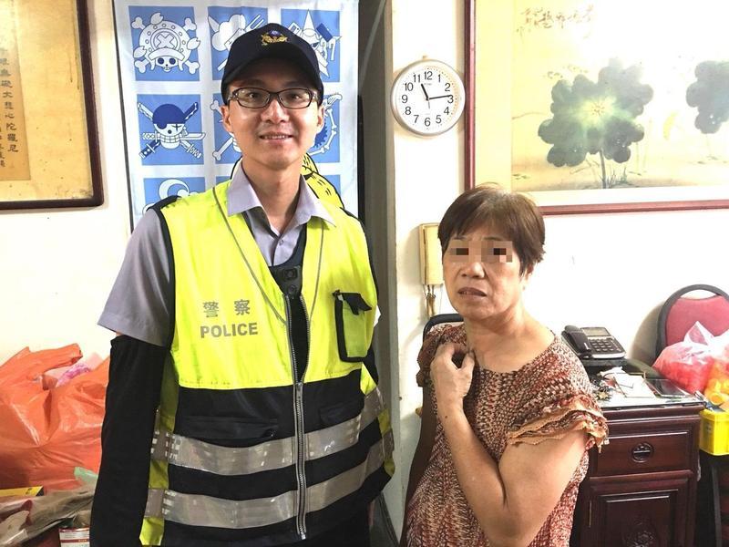 芝山岩派出所警員黃睦翔一句話點破詐騙集團的「典型手法」,守住林婦50萬元存款。(警方提供)
